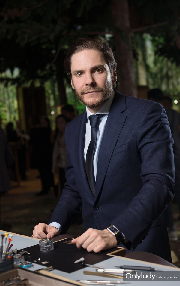 德国男演员丹尼尔·布鲁赫(Daniel Brühl)全新积家Reverso Tribute Duoface 翻转系列双面腕表
