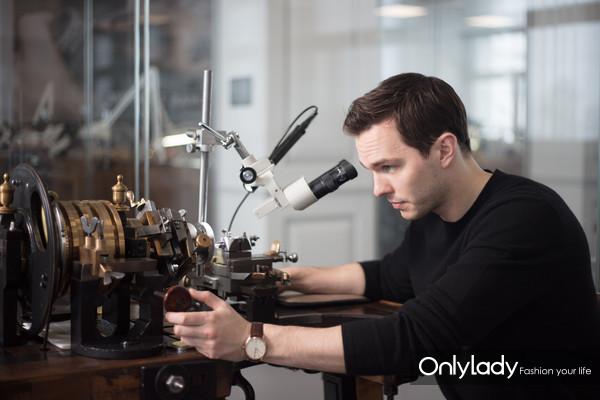 英国男演员尼古拉斯·霍尔特(Nicholas Hoult)受邀参观积家大工坊 2