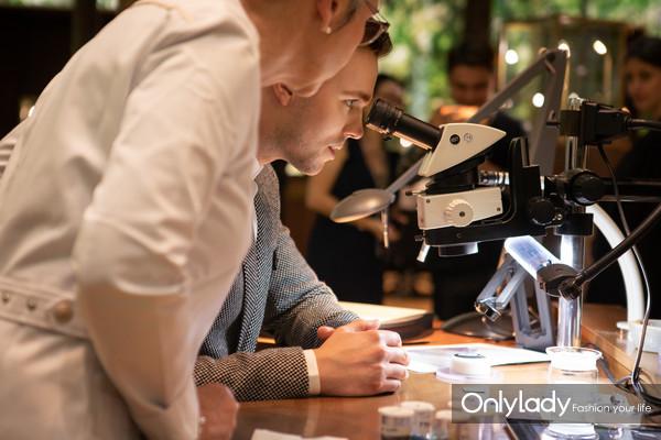 英国男演员尼古拉斯·霍尔特(Nicholas Hoult)体验积家制表工艺 1