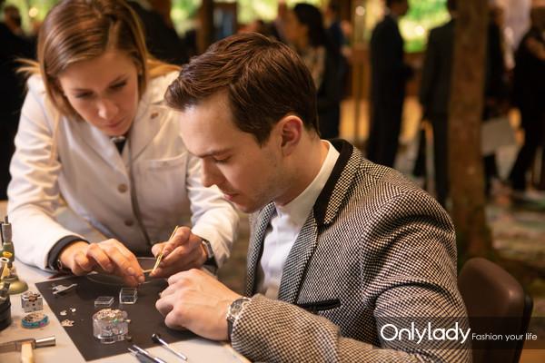英国男演员尼古拉斯·霍尔特(Nicholas Hoult)体验积家制表工艺 2
