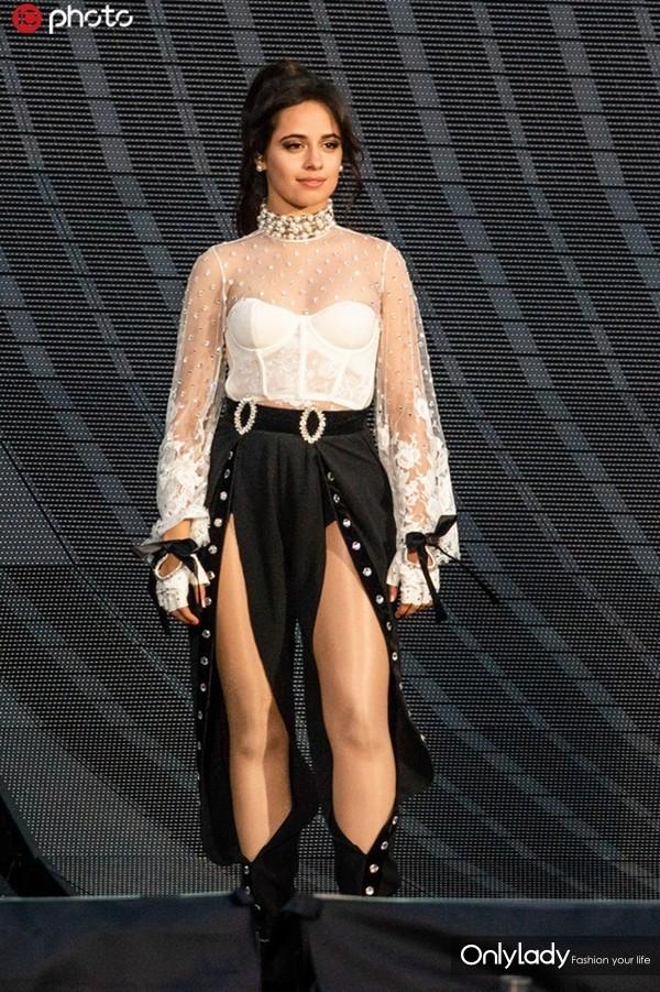 卡米拉-卡贝洛白色透视蕾丝薄纱上衣+裹胸性感小露 黑色开衩裤+黑色蝴蝶结手镯气质出众