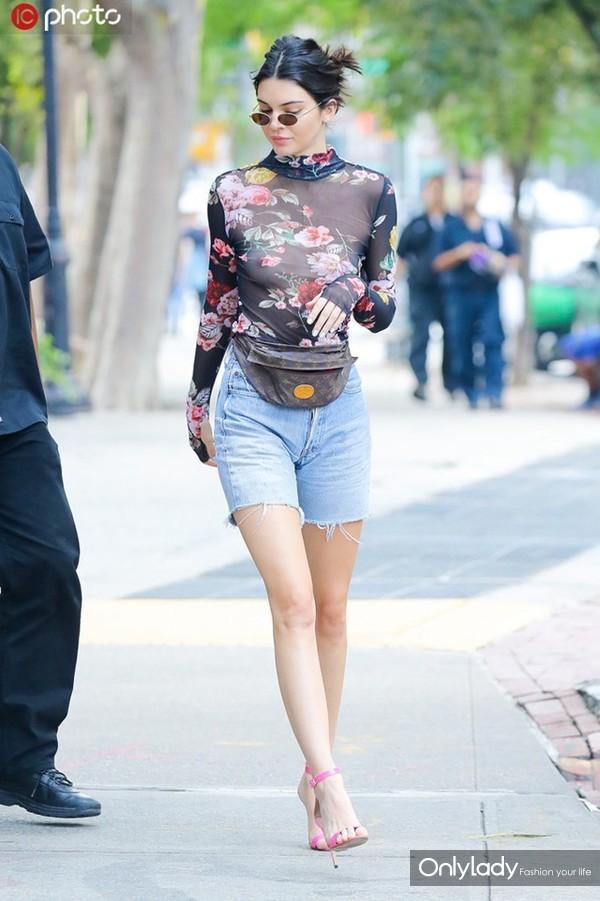 肯达尔-詹娜碎花透视紧身上衣复古时髦 牛仔短裤+粉色高跟鞋秀逆天长腿
