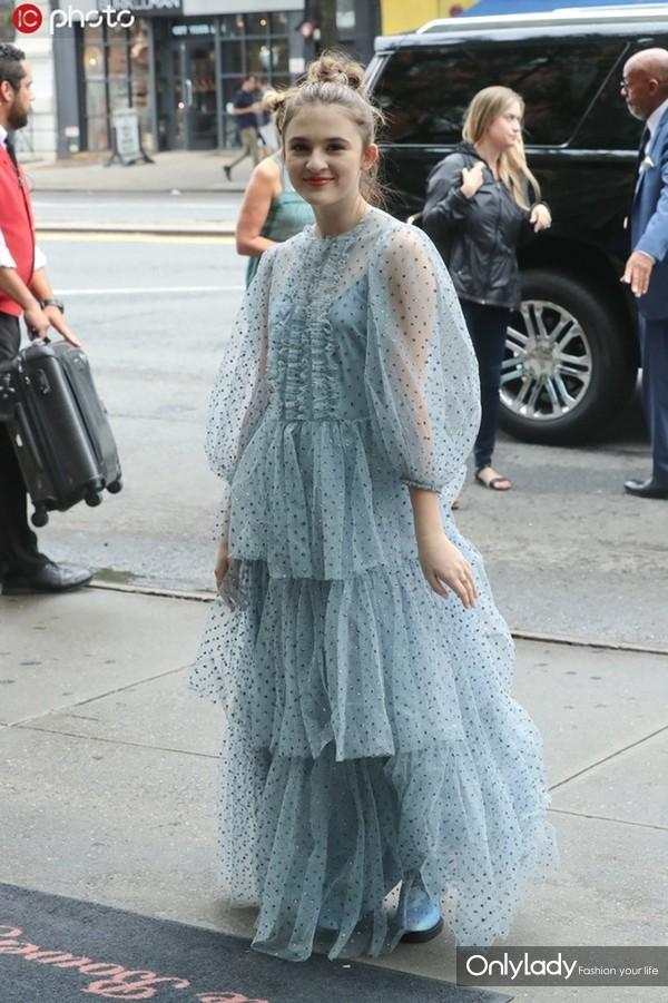 艾玛-尼尔森蓝色波点层叠薄纱裙仙气十足