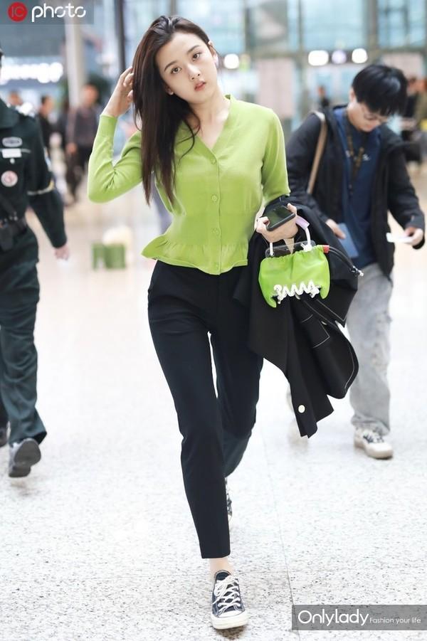 宋祖儿草绿色针织衫+帆布鞋 Scotria手袋清新自然
