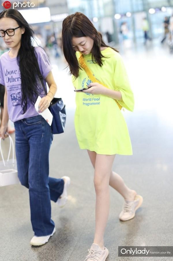 李嫣荧光绿字母T恤裙+小白鞋+橘色斜挎包亮眼吸睛