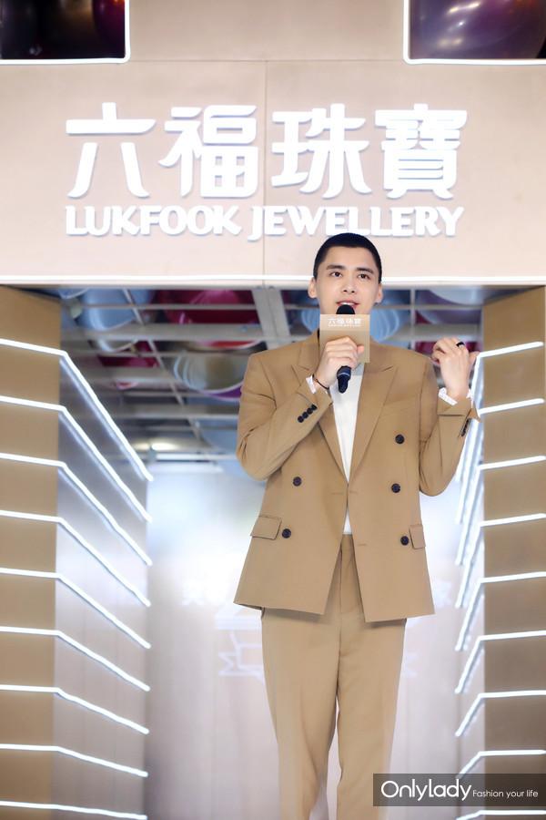 李易峰与现场嘉宾粉丝亲切问好