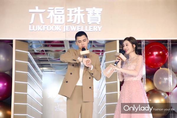 李易峰与主持人畅聊他喜欢的六福珠宝系列产品