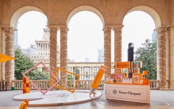 图片包含 建筑物, 橙色, 餐桌, 地面 描述已自动生成