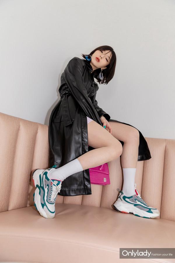 时尚博主张家衣穿着百丽新款鲸鱼鞋海藻绿色