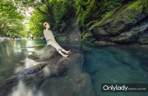 栃木那须盐原夏天网红景点木之俣溪谷 在宝石蓝溪水中消