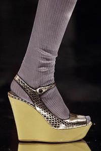 趣味搭配Prada女鞋与厚长袜