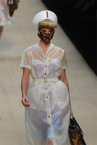 巴黎时装周Louis Vuitton俏护士