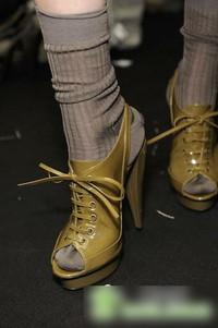 Burberry露趾高跟鞋强势表现
