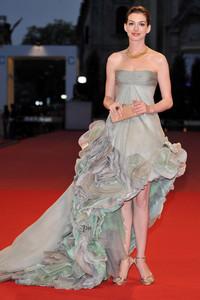 安妮海瑟薇与Versace百花裙