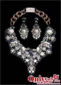 黑底亮钻饰项链耳环套装 Prada