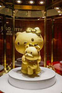周大福携手Hello Kitty揭幕足金凯蒂猫大摆件献礼品牌华诞