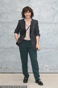 三料影后朱丽叶·比诺什西装搭配低调现身Giorgio Armani
