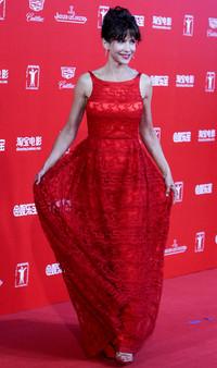 苏菲•玛索身着SHIATZY CHEN嫣红蕾丝礼服出席上海电影节