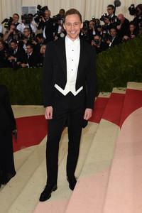 著名演员汤姆•希德勒斯顿佩戴万宝龙燕尾钉和袖扣套装帅气亮相纽约大都会艺术博物馆慈善舞会