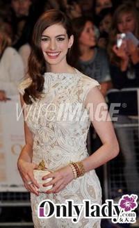 安妮-海瑟薇佩戴蒂芙尼珠宝出席伦敦首映式