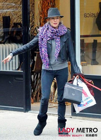 Louis Vuitton豹纹围巾人人爱 紫色今年风头最劲