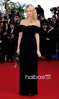 凯特·阿普顿(Kate Upton)亮相2012戛纳电影节《在路上》首映式红毯,杜嘉班纳(Dolce&Gabbana)黑色礼服火神甜美风情美人