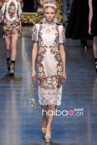 """艾玛·斯通(Emma Stone)和小KK、""""方脸梅""""两位超模同穿杜嘉班纳(Dolce&Gabbana)2012秋冬印花蕾丝连衣裙撞衫PK!"""