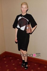 """设计太挑人,""""气场女王""""驾驭起来也吃力?凯特·布兰切特 (Cate Blanchett) 穿纪梵希 (Givenchy) 几何图案不规则连衣裙,能否触动海报时尚评审团们的时尚神经?"""