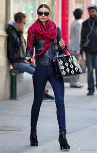 米兰达·可儿示范Prada花朵包寒冬盛开