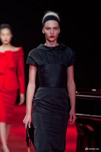 Nina Ricci 演绎明艳唇膏与简洁OL风格的完美碰撞