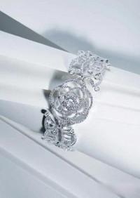 Chanel冬季珠宝 冰雪中盛开的山茶花