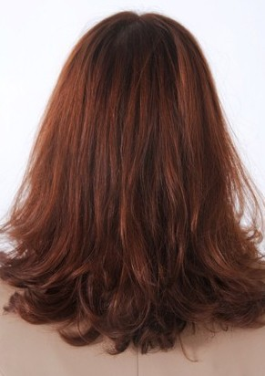 利用头发自然的垂坠感将发尾剪至碎发
