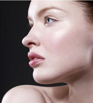揭明星妆前伪素颜法 原来是护肤品在帮忙