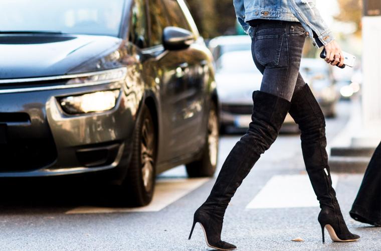 牛仔裤配长靴 冬天搭出最时髦的保温感