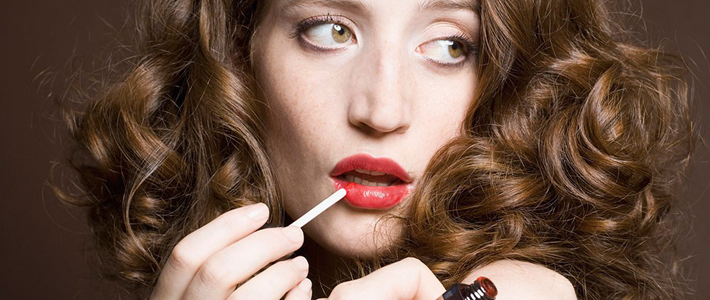 化妆是MM们每天必做的功课,但你是否知道化妆习惯能暴露出你的性格?